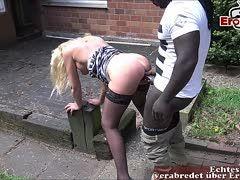 Samendusche in den Mund der blonden Milf beim Outdoorsex